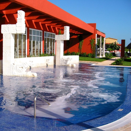 The outdoor Hydrotherapy sea-water pool at the Thalasso Center & Spa availabe to heal, revitalize and detoxify.