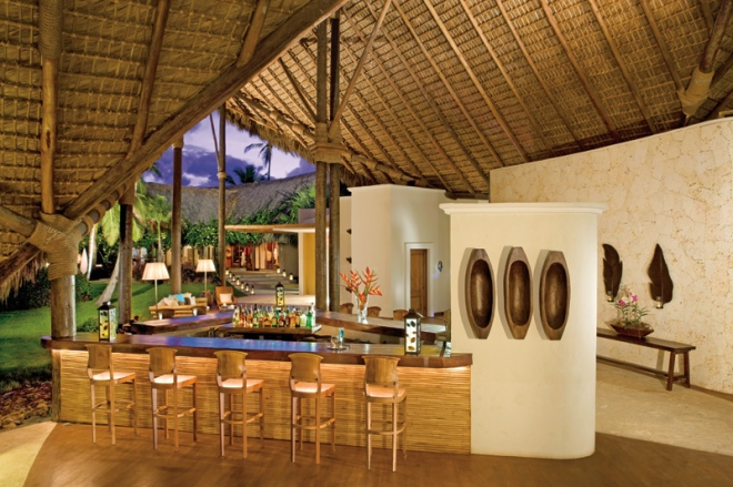 The Canoa Lobby Bar offers a quiet and relaxing place to enjoy a premium brand cocktail.
